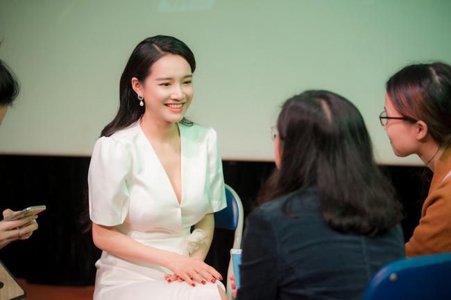 Xuất hiện tại Hà Nội, Nhã Phương gây chú ý với nhan sắc lạ 5