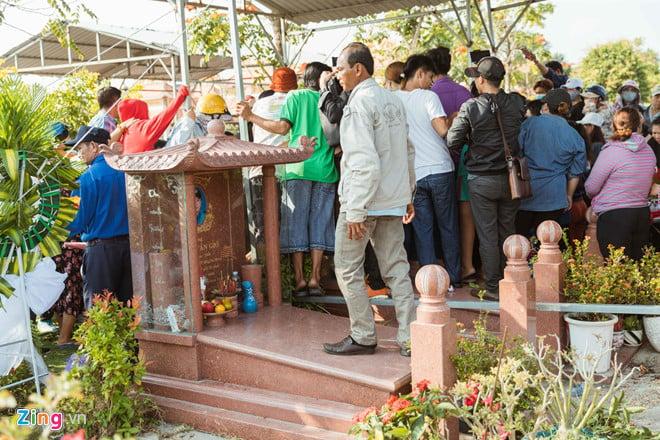 Nhiều người chen lấn, trèo lên mộ quay clip gia đình an táng Anh Vũ 2