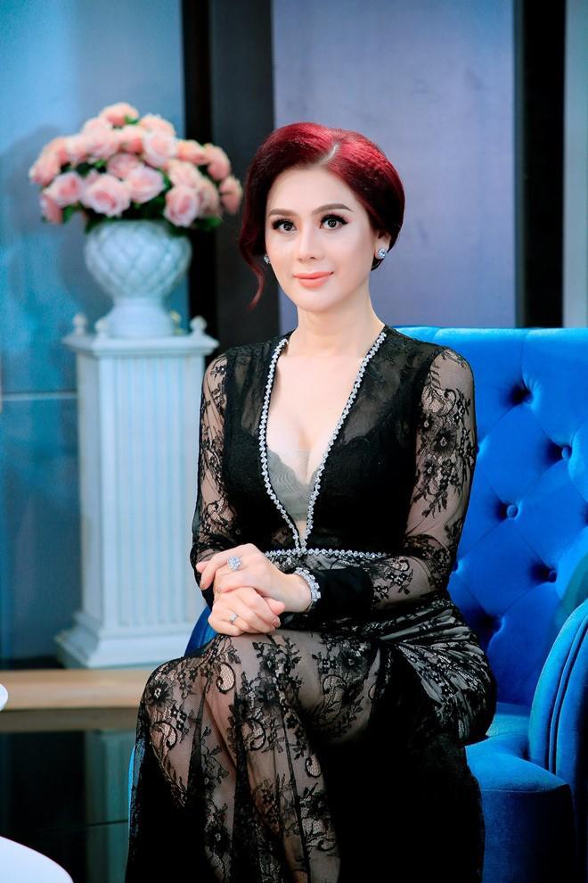 Lâm Khánh Chi nghẹn ngào tiết lộ góc khuất hôn nhân với chồng điển trai 1