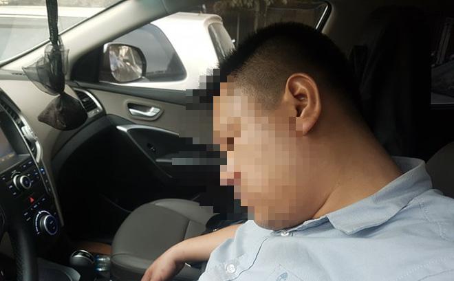 Tài xế dừng đèn đỏ ngủ quên trong xe khiến CSGT phải cẩu cả xe và người 1