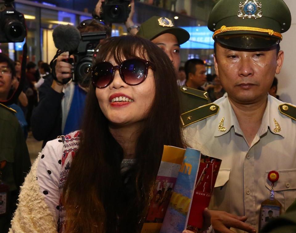 Đoàn Thị Hương cười rạng rỡ khi về đến Việt Nam 3