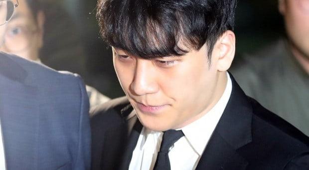 Nụ cười khó hiểu của Seungri khi bị còng tay tại tòa 1