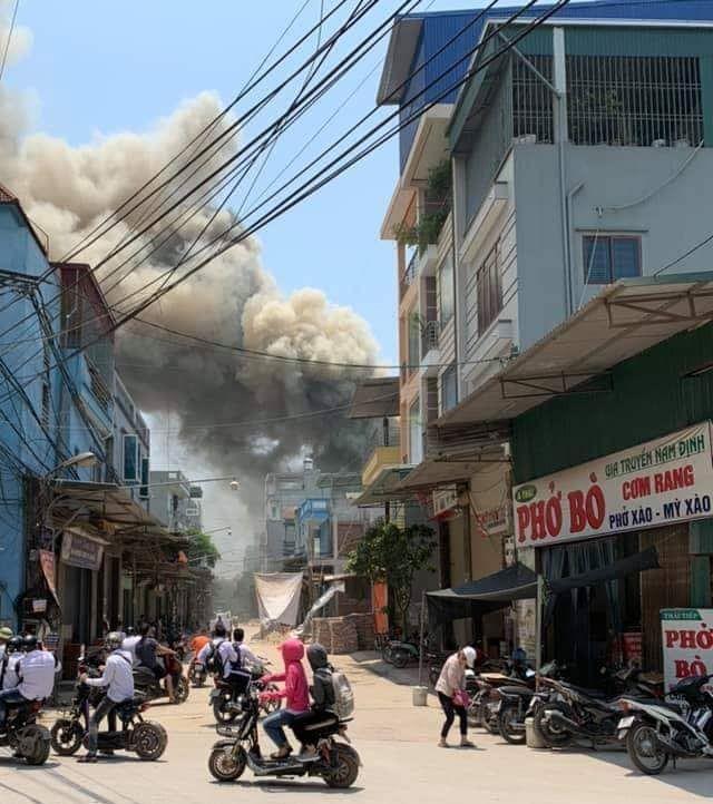 Cháy lớn lan sang 7 xưởng gỗ rộng hàng nghìn m2 ở Hà Nội 1