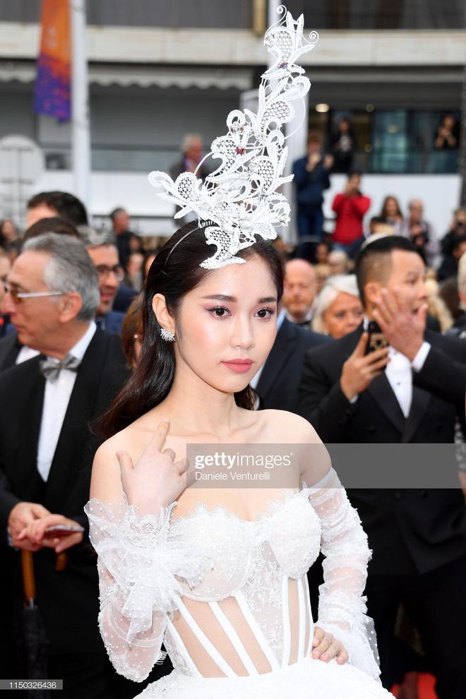 Thêm một 'gà cưng' Khắc Tiệp diện váy xuyên thấu trên thảm đỏ Cannes 3