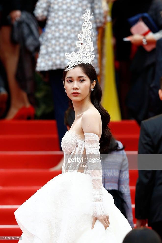 Thêm một 'gà cưng' Khắc Tiệp diện váy xuyên thấu trên thảm đỏ Cannes 2
