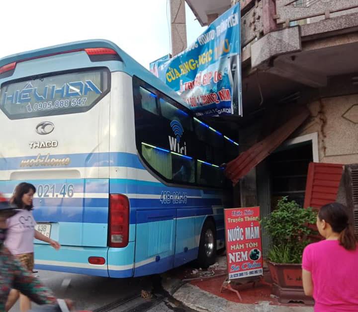 Tai nạn xe khách lao vào nhà dân, một người tử vong 2