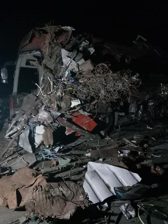 Hiện trường vụ tai nạn xe khách giường nằm và xe tải khiến 3 người tử vong 2