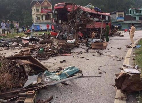 Hiện trường vụ tai nạn xe khách giường nằm và xe tải khiến 3 người tử vong 1