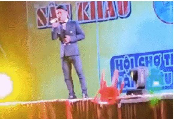 Ca sĩ Du Thiên bị khán giả ném ghế lên sân khấu trúng người 1