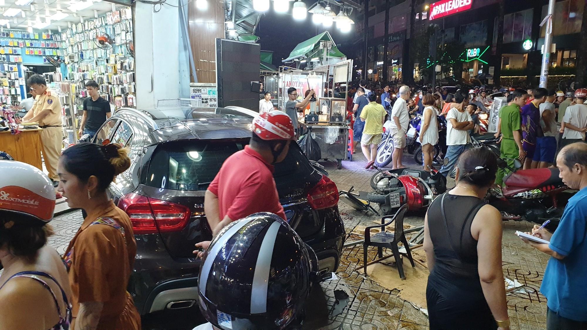 Hiện trường ngổn ngang vụ nữ tài xế lái Mercedes tông hàng loạt xe  4