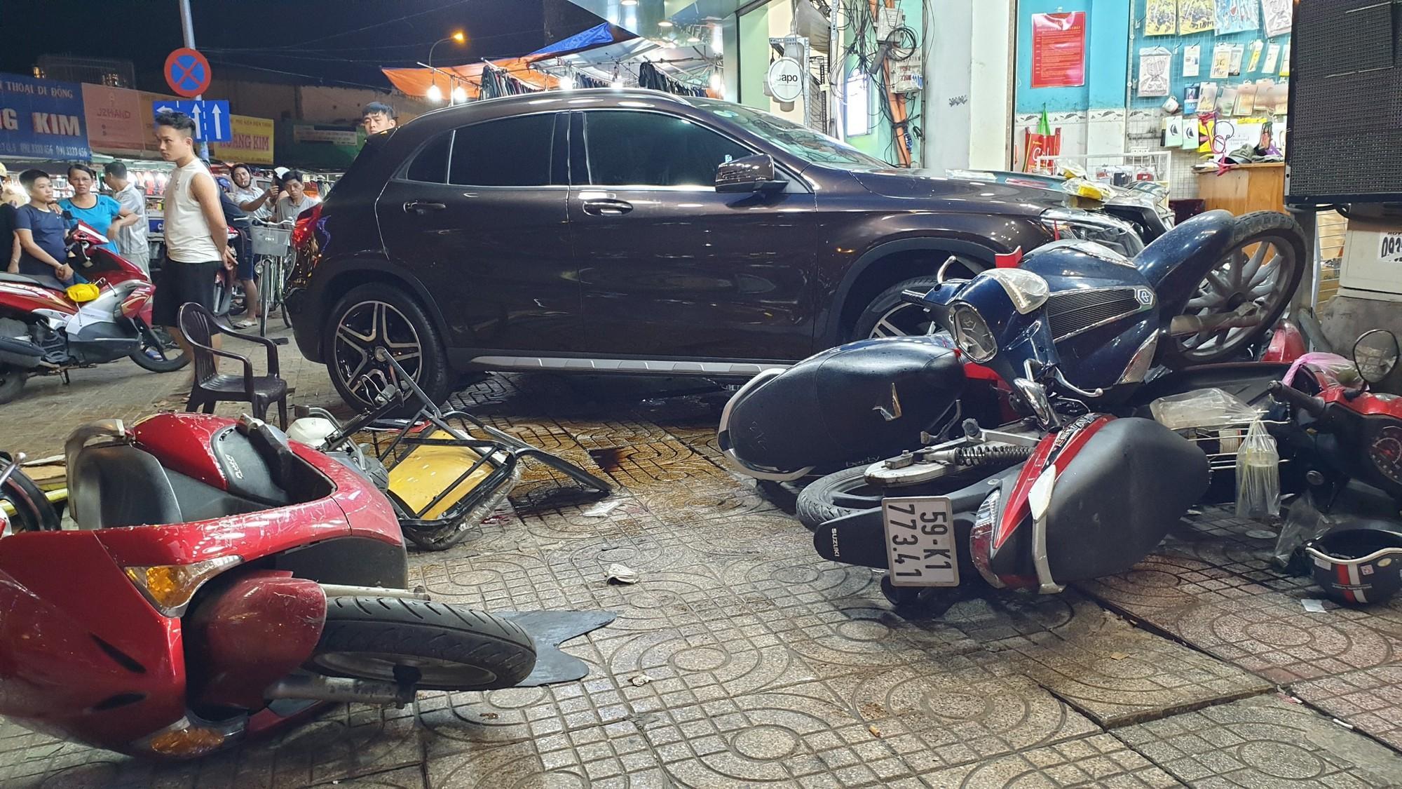 Hiện trường ngổn ngang vụ nữ tài xế lái Mercedes tông hàng loạt xe  2