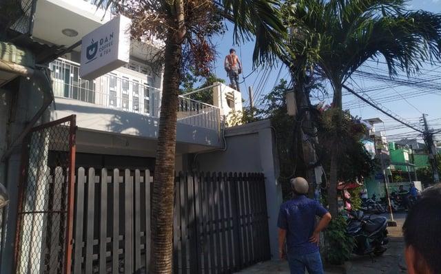 Nam thanh niên nghi ngáo đá leo lên nóc nhà la hét, đập phá 1