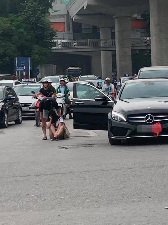 Đang đi, cô gái lao từ Mercedes ra khóc lóc giận dỗi bạn trai giữa đường 2