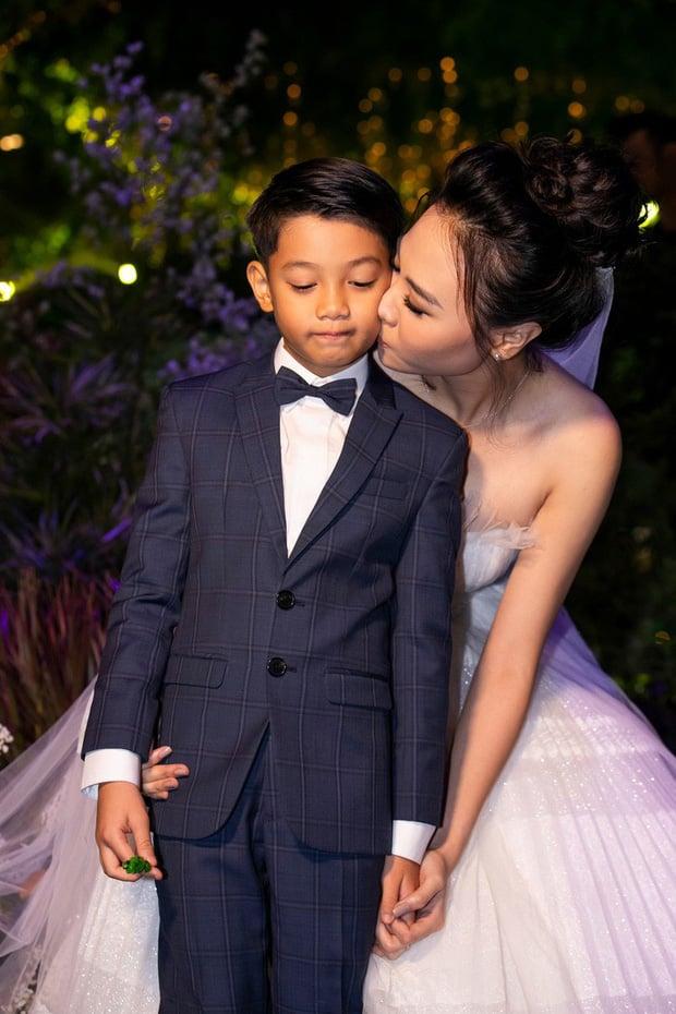 Đàm Thu Trang luôn nắm chặt tay Subeo trong đám cưới với Cường đô la 2
