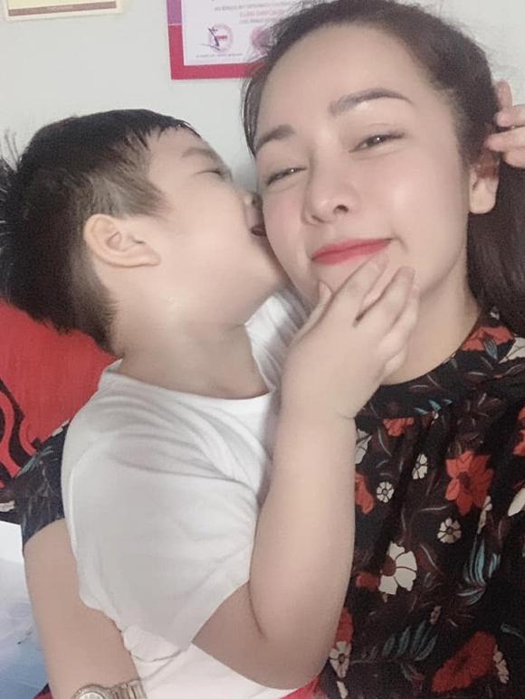 Nhật Kim Anh 'đăng đàn' ẩn ý sau khi chờ đợi 7 tiếng để được gặp con trai 3