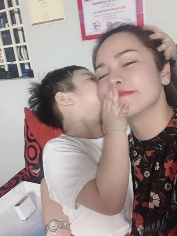 Nhật Kim Anh 'đăng đàn' ẩn ý sau khi chờ đợi 7 tiếng để được gặp con trai 2