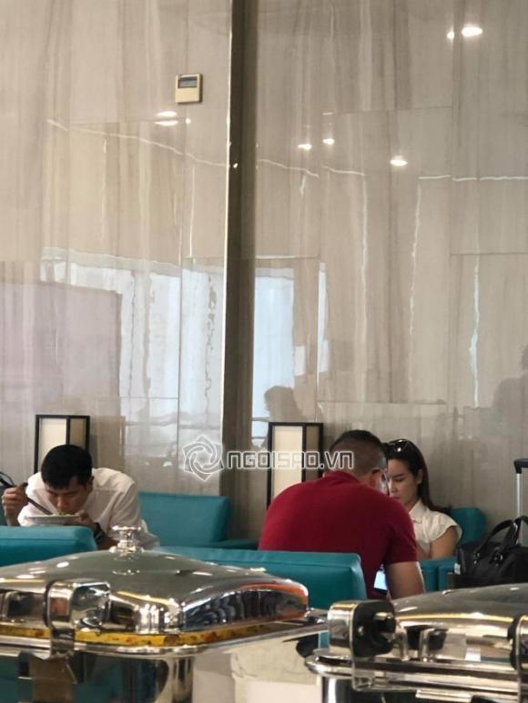 Vợ chồng Lưu Hương Giang xuất hiện ở sân bay lạnh lùng như người dưng 1