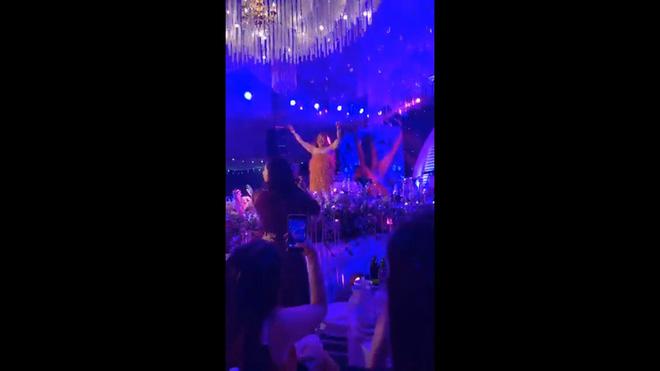 NSƯT Xuân Hinh gặp sự cố trang phục tại đám cưới 'nghìn tỷ' ở Hải Phòng 1