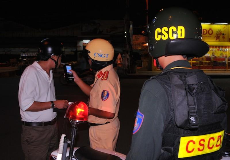 Uống rượu bia cố tình dắt xe máy qua CSGT có thể bị xử phạt 1