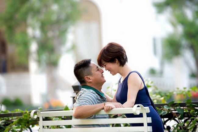 NSƯT Chí Trung bị nghi xóa hết ảnh của vợ cũ sau khi hẹn hò với Á hậu gợi cảm 2
