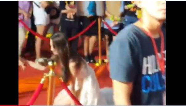 Hoa hậu Lương Thùy Linh gặp sự cố vấp ngã trên thảm đỏ nhưng phản ứng mới bất ngờ 1
