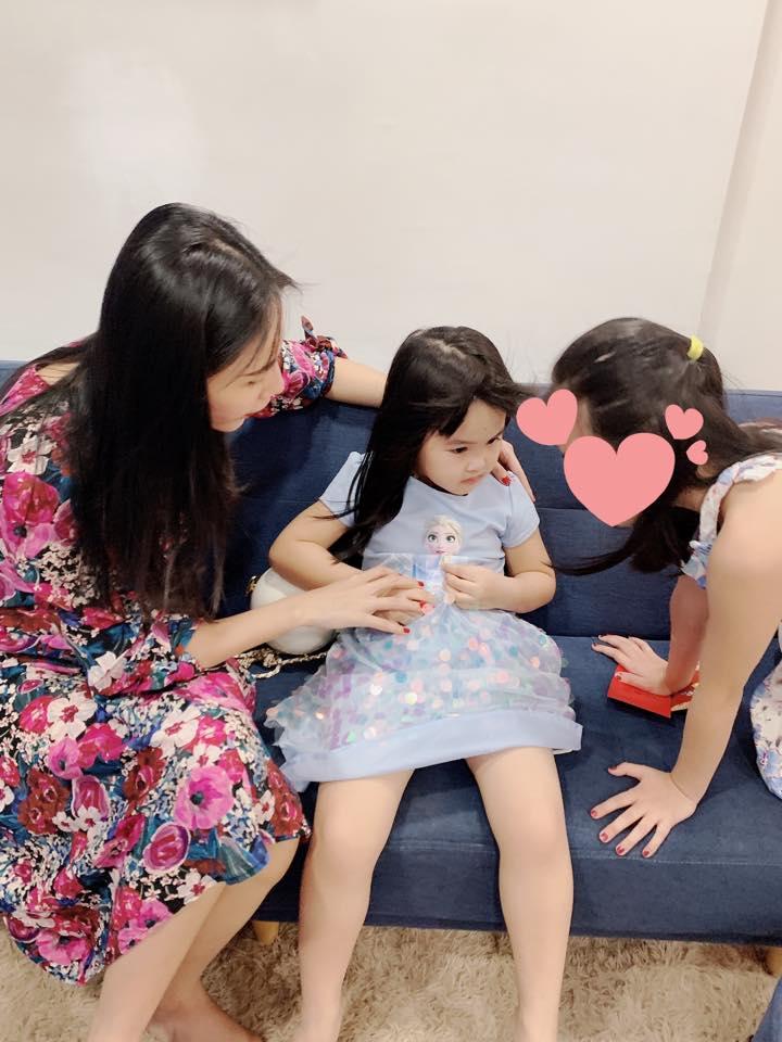 Thủy Tiên hết lòng chăm sóc con gái của em gái Công Vinh hậu bị bỏ lại quê ngoại 1