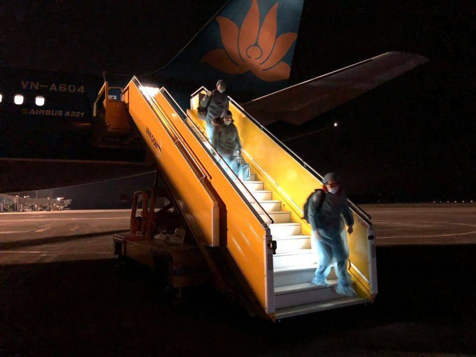 Hình ảnh những người Việt trên chuyến bay đặc biệt từ Vũ Hán trở về 1