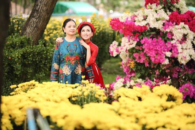 Em gái tỷ phú Cẩm Ly lần hiếm hoi khoe mẹ: Ai cũng trầm trồ vì trẻ như chị em 3