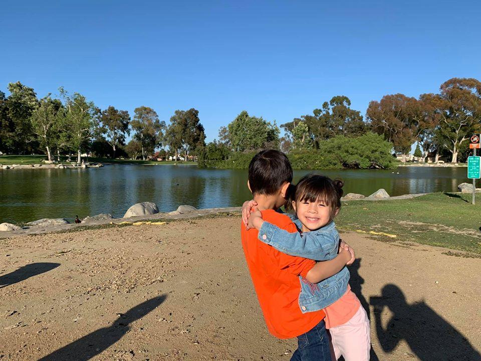 Con trai Ngô Kiến Huy ngày càng thân thiết bên em gái cùng mẹ khác cha 3