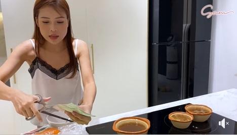'Bạn gái đại gia' của Ngô Kiến Huy diện váy ngủ vào bếp, bị soi chi tiết đáng lo ngại 2