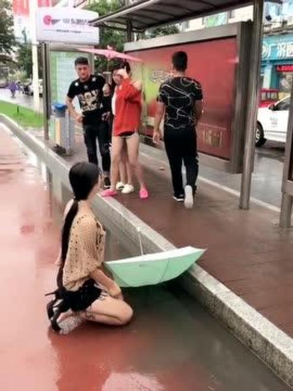 Cô gái thách cưới 1,3 tỷ đồng quỳ dưới mưa cầu xin chàng trai quay lại 3