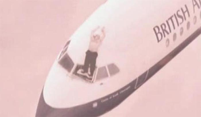 Cơ trưởng bị hút khỏi máy bay vì bung kính chắn gió và giây phút giành giật sự sống hiếm có  1
