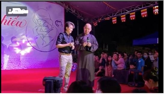 Đàm Vĩnh Hưng bỏ cả giày, biểu diễn sung làm 'náo loạn' trong chùa 2