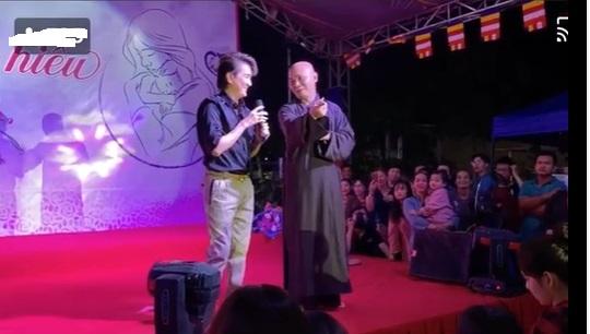 Đàm Vĩnh Hưng bỏ cả giày, biểu diễn sung làm 'náo loạn' trong chùa 3