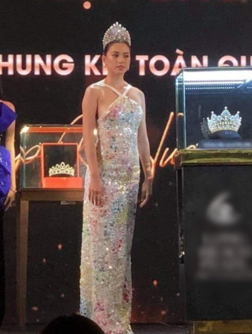 Phản ứng của Hoa hậu Tiểu Vy sau khi bị lộ đoạn clip phơi bày dung nhan thật sự không như mơ 3