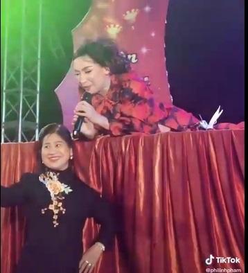 فی نونگ که از آواز خواندن مست بود ، ناگهان روی صحنه دراز کشید و تصویر و دلیل آن را حفظ نکرد