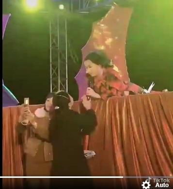 فی نونگ که از آواز خواندن مست بود ، ناگهان روی صحنه دراز کشید و تصویر و دلیل آن را نگه نداشت