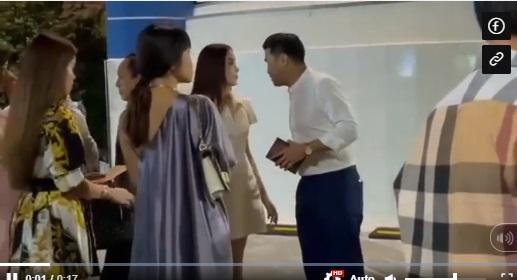 داماد ها تنگ در یک مکان شلوغ با دوست دخترش لین رین اوقات خوشی را سپری می کند