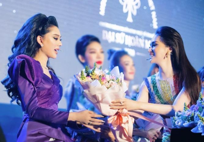 مصمم به ترک بهشت ، هونگ جیانگ برای جشن لام خان چی در یک رویداد 1 صورت خود را تکان داد