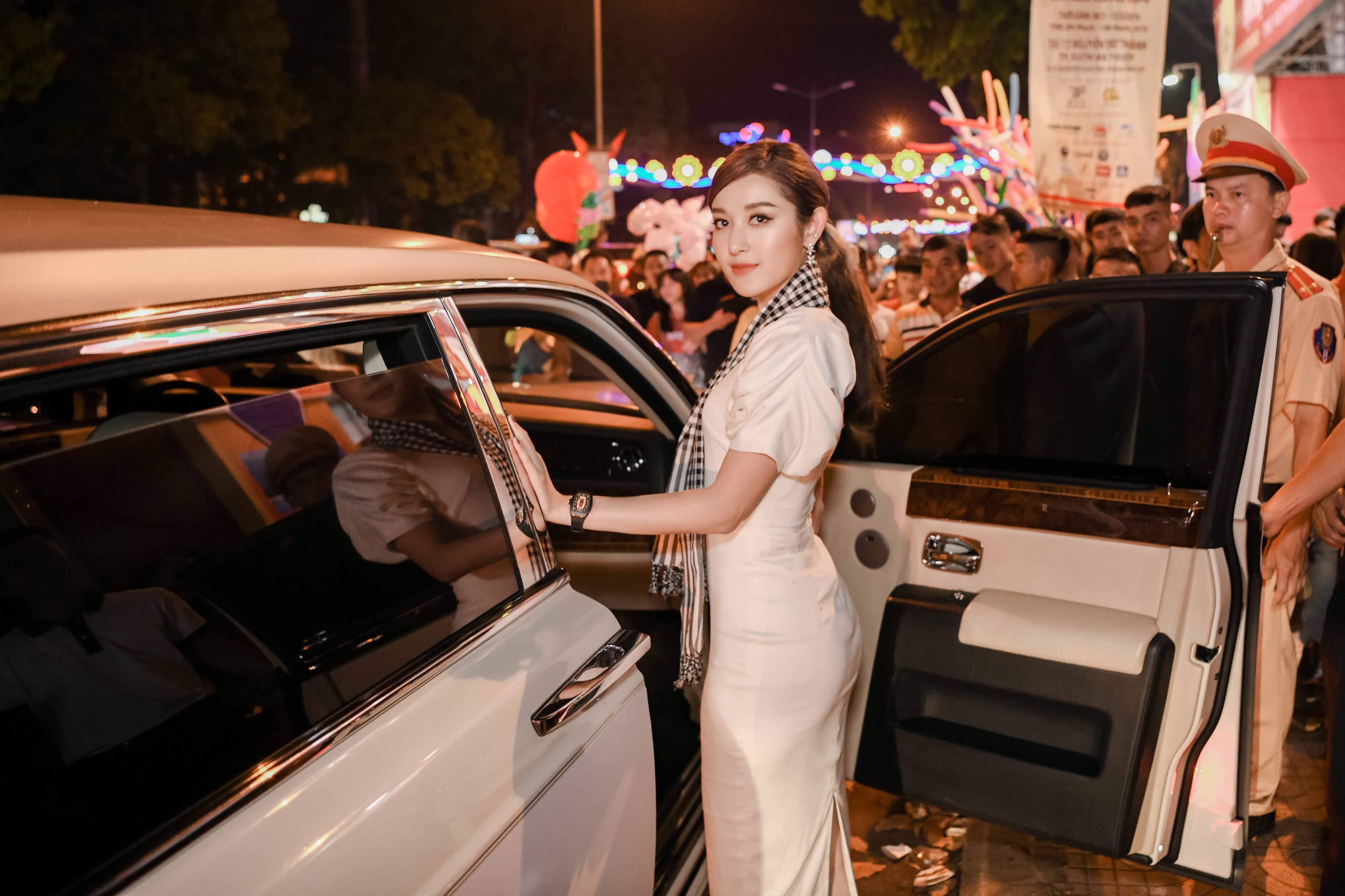 Siêu xe Roll Royce của vua cafe Đặng Lê Nguyên Vũ đưa đón Á hậu Huyền My 2
