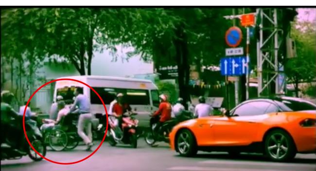 Soái ca BMW dừng xe giúp cụ bà sang đường gây sốt mạng 1
