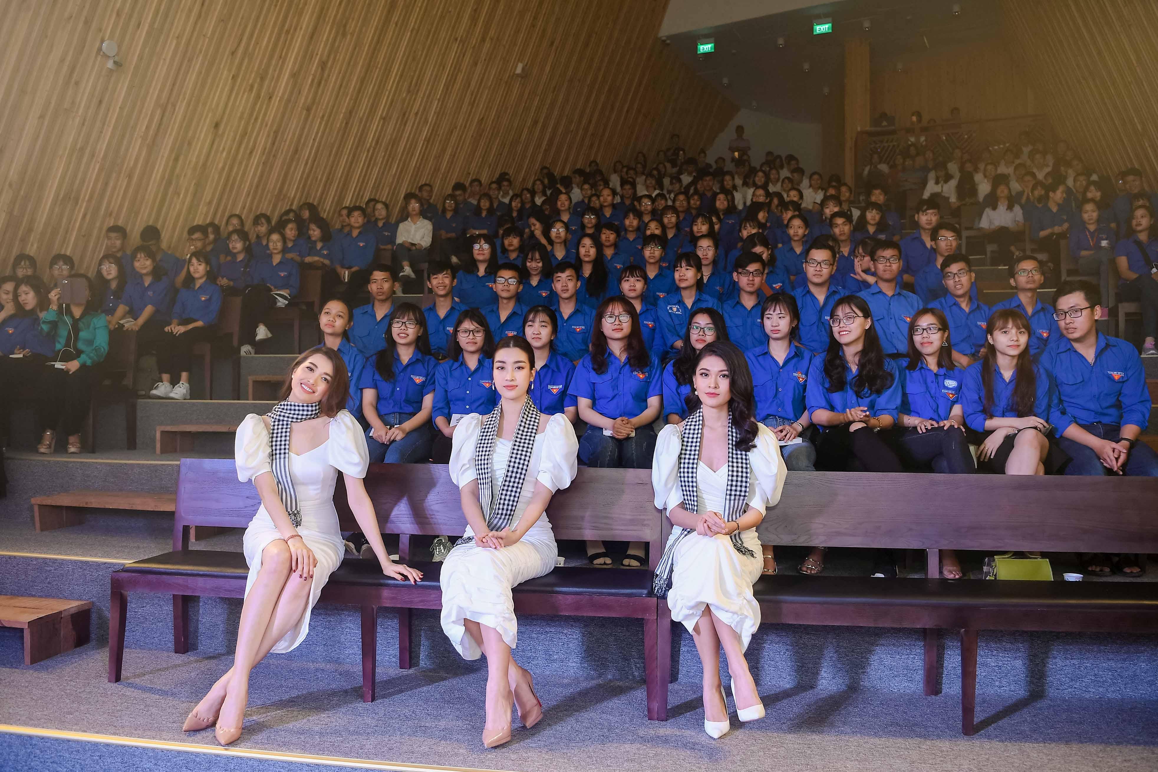 Hoa hậu Mỹ Linh đọ sắc cùng hai Á hậu bên siêu xe của ông Đặng Lê Nguyên Vũ 4