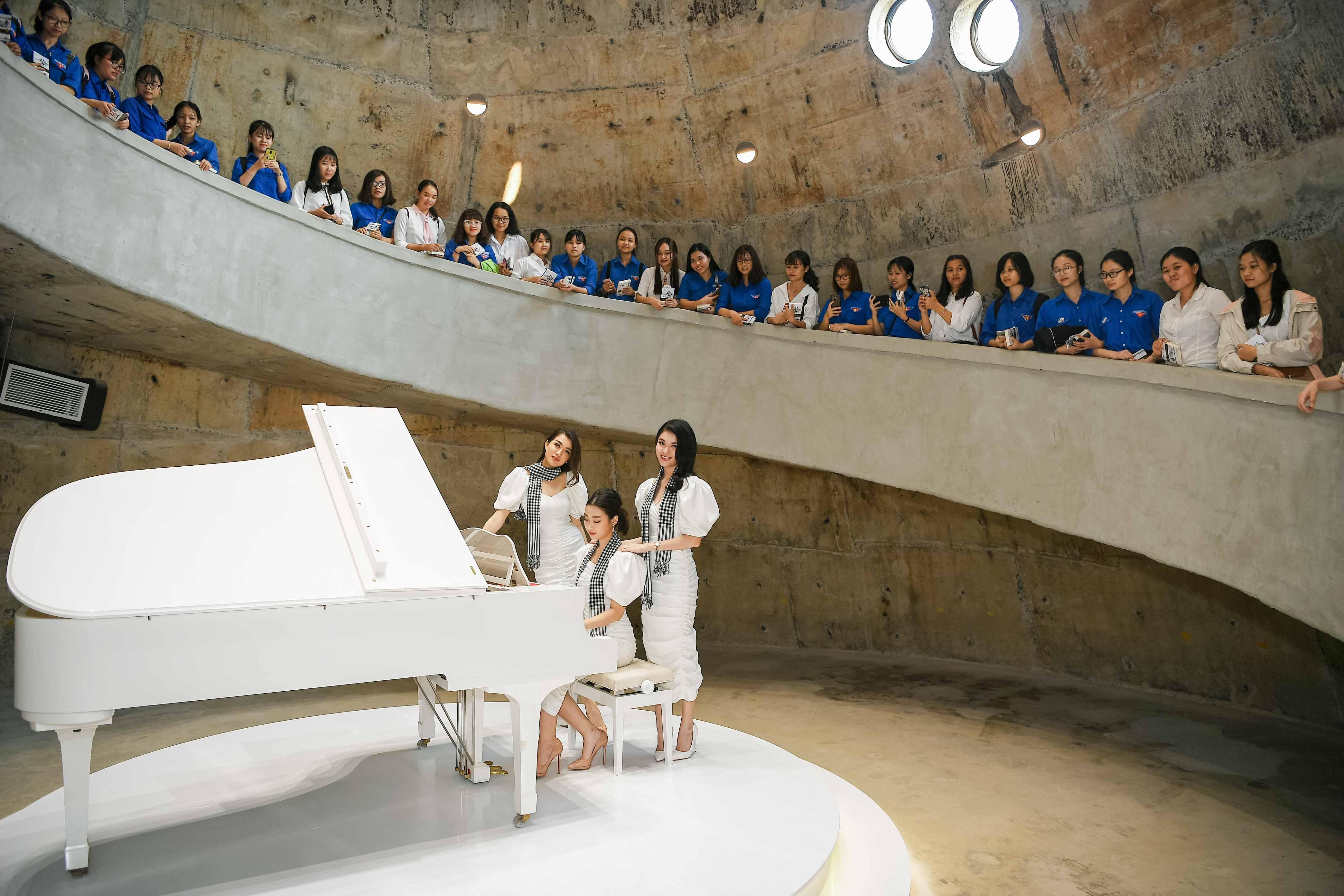 Hoa hậu Mỹ Linh đọ sắc cùng hai Á hậu bên siêu xe của ông Đặng Lê Nguyên Vũ 8