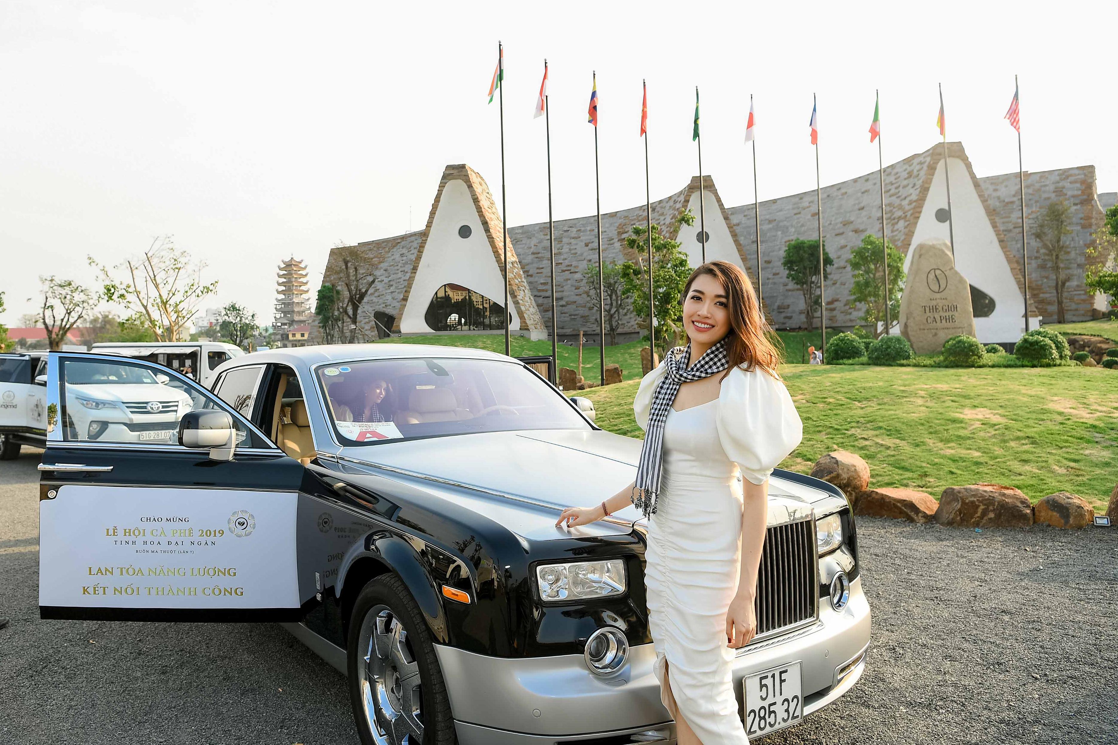 Hoa hậu Mỹ Linh đọ sắc cùng hai Á hậu bên siêu xe của ông Đặng Lê Nguyên Vũ 2