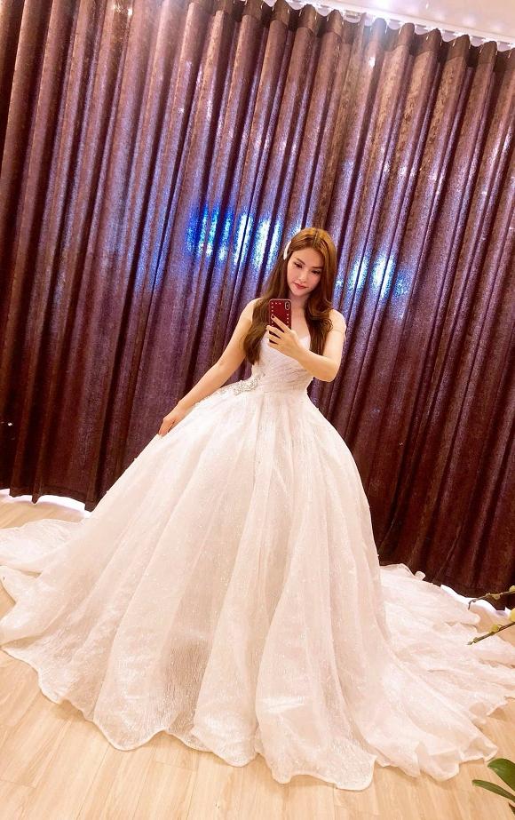 Thu Thủy đi thử váy cưới, rộ tin đồn sắp kết hôn với 'phi công' kém 10 tuổi? 2