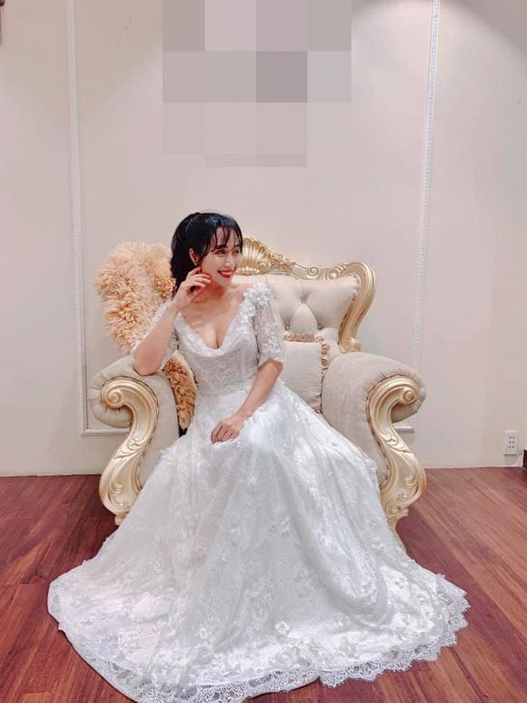'Mẹ 3 con' Ốc Thanh Vân diện váy cưới khoe vòng 1 trễ nải, lộ cả hình xăm khủng 1