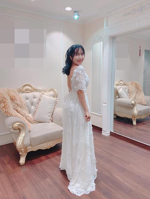 'Mẹ 3 con' Ốc Thanh Vân diện váy cưới khoe vòng 1 trễ nải, lộ cả hình xăm khủng 2