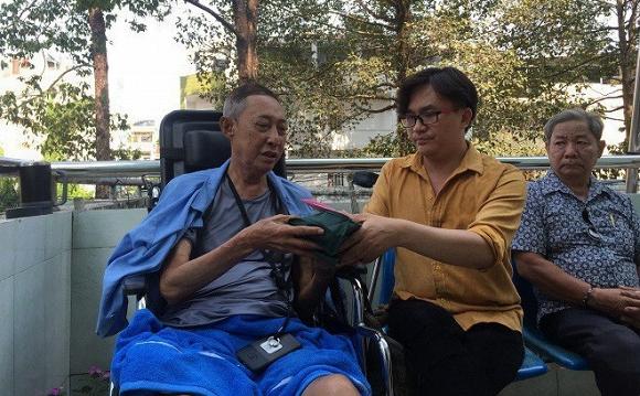MC Đại Nghĩa trao 270 triệu đồng tiền quyên góp cho NS Lê Bình 1