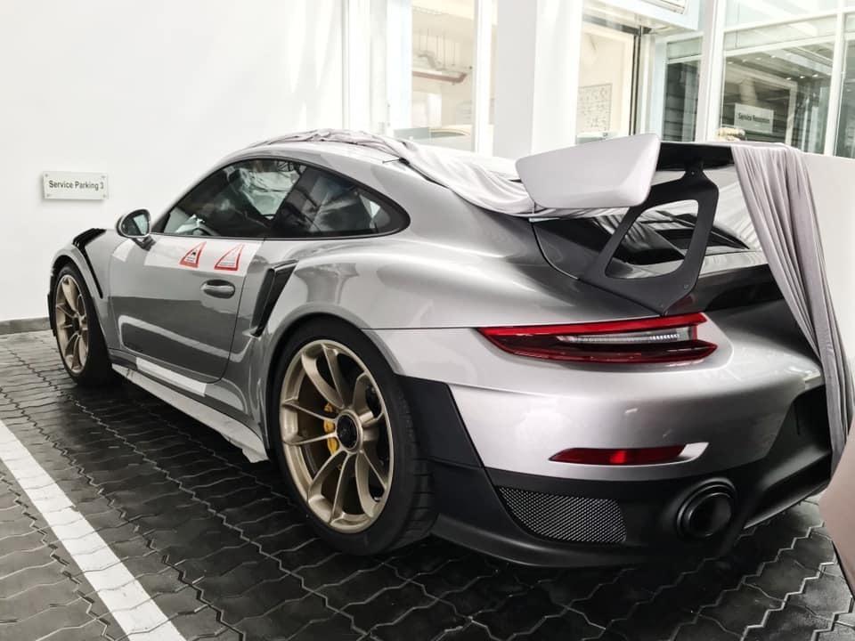 Cận cảnh siêu xe Porsche 20 tỷ về đến biệt thự của vua cafe Đặng Lê Nguyên Vũ 4