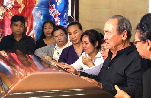Bố nghệ sĩ Anh Vũ bật khóc trước di hài con tại chùa Ấn Quang 2